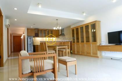 Căn hộ 2 giường ngủ đầy thanh lịch với nội thất bằng gỗ từ River Garden cho thuê