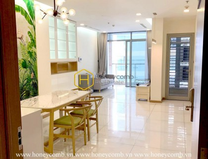 Located in Vinhomes Central Park, this apartment has all the advantage of the area